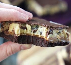 postup_Čtyřpatrové-řezy-brownie-karamel-cookie-a-čokoláda