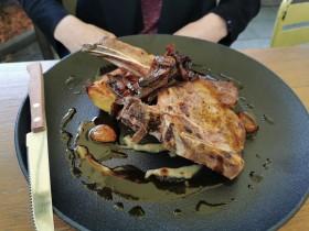 Vepřová TEXAS kotleta ,gratinované brambory s konfitovaným česnekem,marinovaná šalotka,dijonská emulze s rozmarýnem a silná masová šťáva