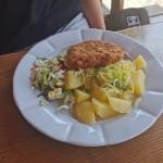 Holandský řízek, brambor, malý salátek