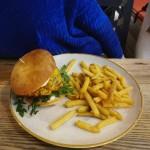 CLASSIC BURGER Hovězí burger,vejce,rajče,salát,cibule,pickles,česnek mayo a hranolky