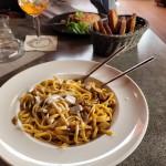 Linguine s restovanými nudličkami vepřové panenky,česnekem,rozmarýnem,čerstvými lesními houbami,demi glacée,máslem a fondem ze sýra Talleggio