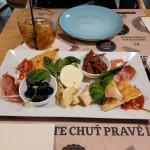 Antipasto misto mozzarela z buvolího mléka, sýr teleggio, prosciutto, salám ventricina, sušená rajčata, olivy, artyčoky a grissini