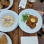 Vídeňský řízek a domácí bramborový salát
